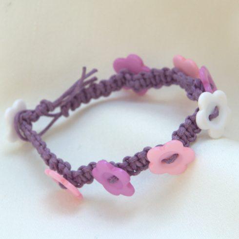 Vidám makramé karkötő virág formájú gombokkal