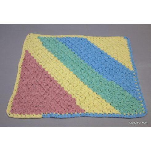Pasztel szivárvány színekből készült babatakaró